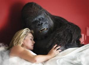 """Filmis """"Uhiuus testament"""" leiab koduperenaine Martine (Catherine Deneuve)  pärast lahutust uue armastuse loomaaiagorillaga."""
