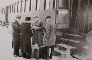 Fotol: Saksamaale lahkujad Tallinnas raudteejaamas 1941. aasta talvel. See on ainus seni teadaolev foto järelümberasumisest Eestis. (Carl-Schirren-Gesellschaft, Lüneburg)