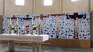 Hallgrímskirkja altari keskpaigas esimesel astmestikul oli poolhämaras kõrvuti viis  või kuus ristilöödud Kristuse kujutist. Tekkis pentsik mõte, et need on pildid poistest või lastest, kes harjutavad, kuidas ristil olla.