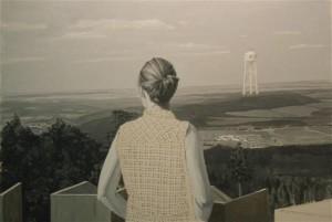 """Holger Loodus. Kaks torni. Õli, lõuend, 2016.  """"Kahe torni"""" vaatamisel tekitatakse vaatajas nii füüsiline kui ka emotsionaalne dissonants, sest maalil avalduv vaatepilt saab vaatajale avaneda vaid sellesama tornist paari meetri kaugusel seisva nooriku asukohalt."""