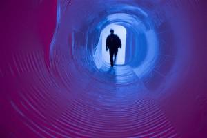 """Lavastuses """"2341 AD"""" juhatatakse tavapärase saali sisenemise asemel tunnelisuhu."""