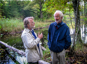 Arutelu 2002. aastal Soomaal. Paremal pool seisab norra kosmoloog Sjur Refsdal (1935–2009), vasakul USA astronoom Rudy Schild. Siinse artikli autorile jäi pildi tegemise rõõm.
