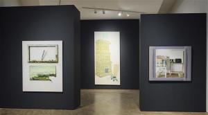"""Uues ekspositsioonis ei ole tehtud teravat vahet nn ametliku, poolametliku ja mitteametliku kunsti vahel, kuigi rõhuasetus ruumides toob esile nõukogude aja kunstielu eri tasandid. Vasakpoolsel pildil  Leili Muuga maal """"Kohvikus (kahtlejad)"""" (1956), tagaplaanil Nikolai Kormašovi """"Raudbetoon"""" (1965) ja paremal Ants ja Helve Viidalepa """"Noored purilendurid""""  (1951). Parempoolsel pildil Ando Keskküla maal """"Maastik noaga"""" (1982), keskel Raul Rajangu """"Valgel ööl Kadrioru lossis"""" (1987) ja paremal Urmas Ploomipuu """"Kaader"""" (1983)."""