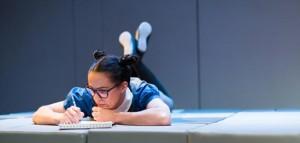 Üheksa-aastane koolitüdruk hüüdnimega Kaelkirjak (Hele Kõrve) seikleb mööda Lissaboni.