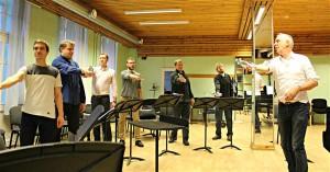 Kui laulja tõstis kätt koos veepudeliga, muutus ka tema hääletoon automaatselt voolavamaks, intensiivsemaks, paremal Geert Berghs.