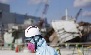 11. märtsil möödub viis aastat Fukushima Daiichi tuumakatastroofist, mis liigitati rahvusvahelisel tuumaintsidentide skaalal kõige kõrgemale 7. astmele, kuhu seni küündis vaid Tšornobõli juhtum. Katastroofi tagajärjel levinud tuumareostuse likvideerimine ei ole veel kaugeltki lõppenud. Pildil Tokyo Electric Power Co (TEPCO) tööline kaitseülikonnas ja maskis Fukushima Daiichi purunenud reaktorihoone ees.
