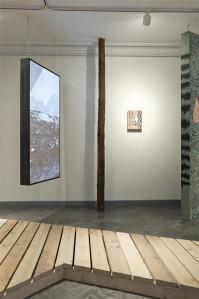 """Laura Põllu näitust suunab suuremõõtmeliste maalitud objektide ja videoprojektsioonide, mööblikuhjade ja keraamikariiulite vahel looklev laudtee, mis juhatab vaataja """"kuivajalaga"""" läbi ekspositsiooni."""