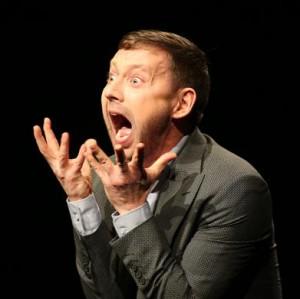 """Jaak Prints kandideerib teatri NO99 lavastuses """"Kodumaa karjed"""" tehtud rolliga   parima meespeaosa auhinnale."""