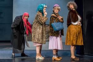 """Suurema osa """"Uhkuse ja eelarve"""" dramaturgiast ja lavastusest moodustab """"puhta"""" absurdi kullaproovita sotsiaalkriitiline satiir, mis läheb kohati päris palaganiks kätte. Vanamutid: Saara Nüganen, Ester Kuntu, Laura Kalle, Lauli Otsar."""