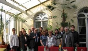 Sellel 2009. aasta maikuus tehtud ülesvõttel seisab Tartu semiootikute keskel enesekindla enesestmõistetavusega UmbertoEco.