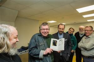 Hetk demonstratsioonilt: Peeter Sauter rõõmustab POD-meetodil valminud raamatu üle, mida ehib temast kümne minuti eest tehtud pilt.