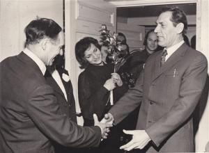 Alo Hoidret õnnitlevad tema 60. sünnipäeval Evald Okas, Kaisa Puustak,   Jaan Klõšeiko jt.