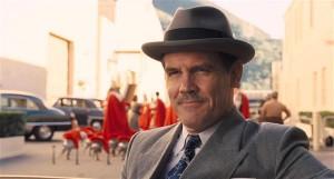 """Produtsent Eddie Mannix (Josh Brolin) töötab filmistuudios Capitol, mis oli üheks tegevuspaigaks ka   vendade Coenite varasemas filmis """"Barton Fink""""."""