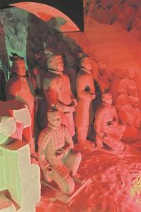Nagu kõik traditsionalistlikud rahvad, pidasid ka hiinlased XIX sajandi alguseni oma kultuuri ainsaks tõeliseks kultuuriks, oma riiki ainsaks tõeliseks tsiviliseeritud riigiks. Muud rahvad-riigid või vähemalt enamik neist olid barbarid, kellel polnud tõelist, põlist kultuuri, nende valitsejad pidid Hiina makse maksma ja võisid Hiina sõjaväes teenida.