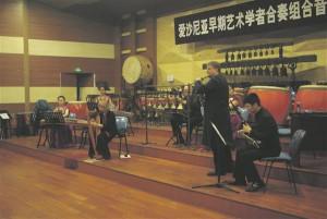 FA Schola ansambel koosseisus Lilian Langsepp, Janno Mäe ja Raho Langsepp Hiinas kontserdil esinemas koos Tianjini konservatooriumi õppejõududega.