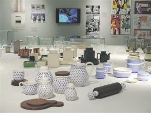 Näituseruumi keskosa mõjub suure pidulauana, kuhu kuraator on seadnud eeskätt iluasjadena mõjuvaid disainnõusid  ja üksikuid argisemaid köögitarbeid nii ETDMi, aga ka teiste muuseumide kogudest.