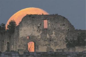 Fotograafia- ja astronoomiahuviline Martin Vällik püüdis 3. juuli (2015) õhtupoolikul kaadrisse ainulaadse hetke, kuidas kuu tõuseb Haapsalu piiskopilinnuse kellatorni silueti taustal.