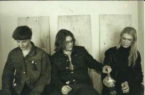 """Eesti Kunstnike Liidu 2001. aasta aastanäituse ühe alanäituse """"YBA"""" kureerisid kolm noort vihast meest Hanno Soans, Anders Härm ja Kiwa.  Väljapaneku voldikus oli kuraatorite bändipilt allkirjastatud """"The Curators"""" ehk """"Kuraatorid""""."""