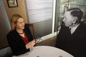 """Maarja Vaino võrdleb tööd A. H. Tammsaare muuseumis näitusetööga – muuseumigi peab kogu aeg kureerima.  Täna avab ta seal """"Tõe ja õiguse"""" aineliste teatrilavastuste kostüümide näituse."""