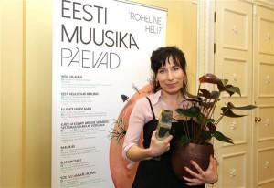 """ERSO kontserdil sai teatavaks, et uue, esmakordselt väljaantava LHV heliloomingu Au-tasu laureaat on noor helilooja Liisa Hirsch. Au-tasu (stipendium 5000 eurot, EMPi heliloomingu tellimus ja klaasikunstnik Mare Saare taies) antakse eelmise kalendriaasta parima helitöö eest, mis žürii hinnangul on 11 nominendi seast valitud Hirschi  """"Ascending … Descending"""" ehk """"Tõus ... Laskumine""""."""