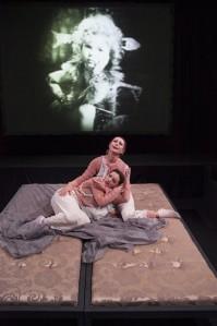 Marlene (Ülle Lichtfeldt) ja tema alter ego Norma (Marin Mägi-Efert) virguvad oma hüljatuses nagu kaks inimnukku.