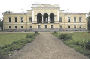 Kui võrrelda mõisate peamaju kolhooside ja sovhooside keskusehoonetega, hakkavad silma sarnasused. Nii ühel kui ka teisel juhul näitasid need ehitised omaniku ehk mõisniku või kollektiivse ühismajandi jõukust, auahnust ja maitset. Muuga mõis Laekveres (Carl Timoleon von Neff, valmis 1872  ja Laekvere sovhoosi keskusehoone (autor Vilen Künnapu, valmis 1984).