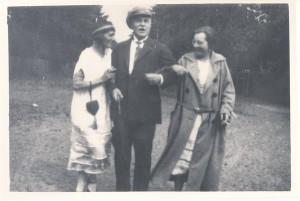 Eduard Vilde kahe tundmatuga Narva-Jõesuus 1925. aastal.
