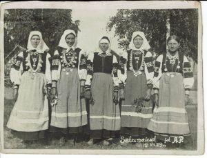 Neli seto neidu ja üks abielunaine, 1929. Foto: Seto Talumuuseumi kogu
