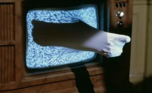 """Reaalsuse ja simulatsiooni piiridest kõneleva David Cronenbergi """"Videodroomi""""  ühes märgilisemas episoodis imbub naisprotagonisti huuli meenutav vorm läbi tühja teleekraani, et konsumeerida keskse tegelase pea ja ülakeha. Selline piiriületamise kujund rõhutab avantpop'ilikku arusaama olukorrast, kus virtuaalne ja tegelik on ammu eristamatud kategooriad."""