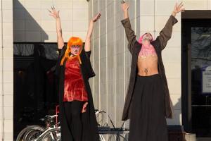 Avaparaadi asemel vihuvad elavateks surnuteks grimeeritud noorukid kultuurikeskuse ees tantsu nagu pahast vaimust vallatud.