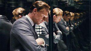 Filmi lugu jutustatakse selle teise peategelase, füsioloog dr Robert Laingi (Tom Hiddleston) silme läbi. Oma õe surma järel on too uusi sotsiaalseid võimalusi ja anonüümsust otsides soetanud korteri 25. korrusele.