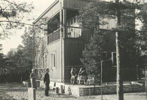 Marie Underi ja Artur Adsoni kodu Nõmmel aastatel 1933–1944. Praegu asub selles majas Underi ja Tuglase kirjanduskeskuse muuseumiosakond. Under ja Adson on nähtavalt esindatud vaid Ants Laikmaa kuulsa pastelliga ja Marie Underi järelejäänud raamatutega.