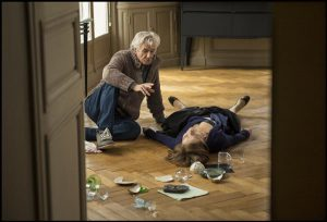 "Paul Verhoeven juhendamas Isabelle Huppert'i terava ja musta seksikomöödia ""Elle"" võtteplatsil."