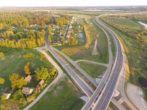 Droonipiltidelt paistev teesõlme imeilus graafiline muster ongi ilus vaid piltidel ja lennukõrgusel.
