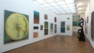 Tallinna Kunstihoone suures saalis on maalide vahele jäetud küll viisakas vahemaa, kuid sellegipoolest jääb suurest esindussaalist  zip-faili mulje: see mõjub kui viieks nädalaks üles seatud kunstitalletamisruum.