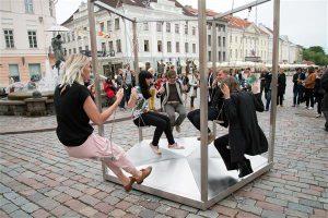 "Kaisa Eiche ja Urmo Metsa installatsioon""Kiik"" Tartu raekoja platsil 2014. aastal.  Installatsiooni intriig on silmapilk selge."