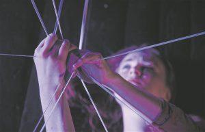 """Karolin Poska lavastuses """"Ligament"""" tekitas kumminööride leidlik kasutus olukorra,  kus näha võis nii inimesele kui ka objektidele loodud koreograafiat."""