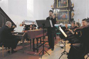 Aleksandr Puljajev ja Jevgeni Sviridov Tallinna Kammerorkestri ees.