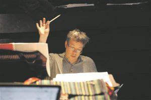 """Olari Elts on muusika rolli """"Pööriöös ..."""" veelgi suurendanud,  kasutades ka osi Mendelssohn Bartholdy teistest teostest."""