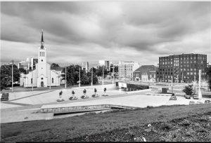 1990. aastate lõpus peetud linnakeskuste võistluse tulemustest võtsid kinni vähesed. 1999. aastal peetud Tallinna Vabaduse väljaku konkurss on pea ainuke, mille alusel koostati detailplaneering ja parkla asemel avati pealinna südames 2009. aastal esinduslik avalik ruum. Arhitektid Andres Alver, Veljo Kaasik ja Tiit Trummal.