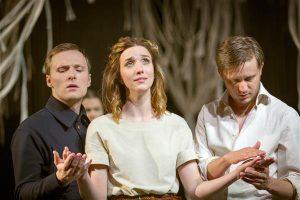 Kaks meest, aga üks naine: Demetrius (Kristjan Üksküla), Helena (Liis Lass) ja Lysander (Mikk Jürjens).