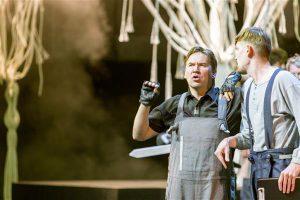 Teiste eredate tüüpide seast (fotol paremal Henrik Kalmet Peter Quince'ina) kerkib esile väga sobivalt Nick Bottomi rolli valitud Indrek Ojari.