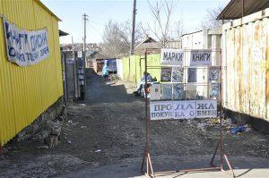 1990ndad on mõnes mõttes Ukraina provintsilinnades tagasi – müüakse kõike mida võimalik ja mida keegi ainult osta soovib. Fotol müüb-ostab-vahetab mees garaažide vahel raamatuid ja marke.