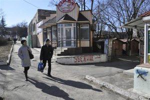 """Iga natukese aja tagant võib Mariupolis siiani näha majaseintele suurte tähtedega kirjutatud sõna """"Pommivarjend"""" koos suunanoolega."""