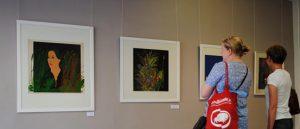"""Pärnu Avangardi galerii otsaseinal on eksponeeritud Malle Leisi kaks tööd, mida lahutavad aastakümned: abstraktne maal """"Kümme apelsini"""" ja serigraafia """"Kuus apelsini"""". Stiilsemat kooslust on raske kujutleda."""