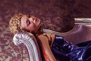 Algustiitritele järgnevad efektsed kaadrid diivanil poseerivast modellihakatisest, 16aastasest Jessest (Elle Fanning).