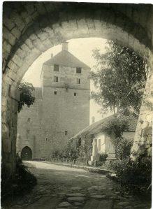 Kuressaare linnus, vaade väravakäigust kaitsetornile XX sajandi algul.