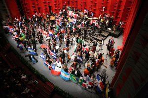 Ameerika Talentide Sümfooniaorkester liikmeskond on valitud Uue Maailma riikidest, sh mehhiklasest dirigent Carlos Miguel Prieto.  Sel korral oli reisipaunas ühes võetud veidi Bernsteini ja Revueltast.
