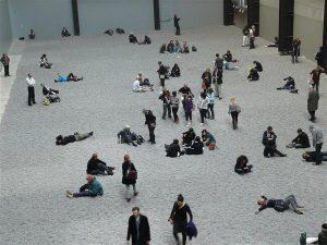 """Ai Weiwei installatsioon """"Päevalilleseemned"""" Londoni Tate Modern'is. Ai sõnul demonstreerisid ekspositsioonisaali põrandale laotatud seemned hiina rahvast, kellel kommunistlik valitsus tallab, teda oma suva järgi suunates ja kujundades ja rõhudes."""