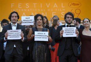 """Peale meeleavalduste riigi sees on Brasiilia staarid ka välismaal uue valitsuse vastu sõna võtnud. Cannes'i filmifestivali viimasel päeval astus filmi """"Aquarius"""" kogu meeskond, sealhulgas staarnäitleja Sonia Braga punasele vaibale Dilma Rousseffi toetavate ja tema kõrvaldamist vägivaldseks riigipöördeks nimetavate plakatitega."""